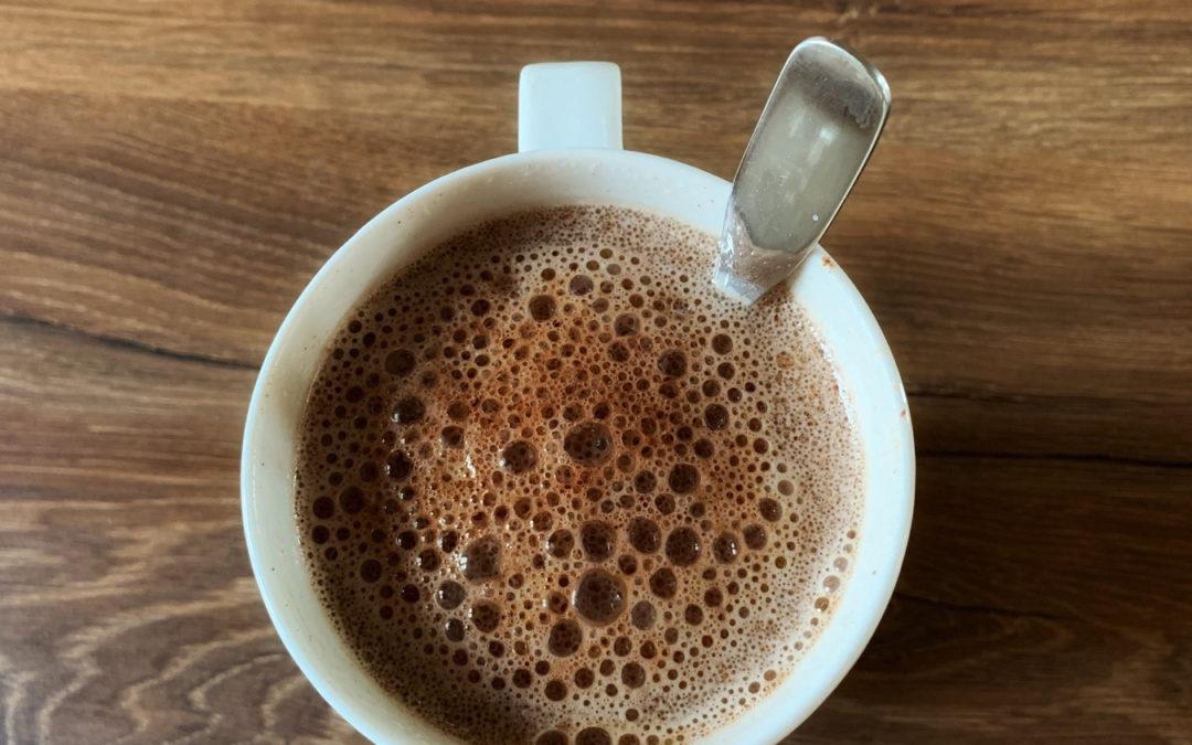 Cliquez ici pour découvrir ma recette maison de crème et lait de coco maison. En bonus, je vous partage ma recette de chocolat chaud végétal