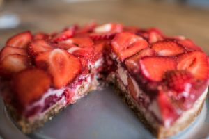 Découvrez ma recette de cheesecake cru aux fraises. C'est une recette 100% végétale sans gluten, lactose et sucre raffiné